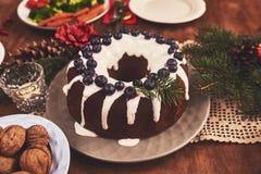 桌大角度看法为圣诞节家庭晚餐服务 选项 免版税图库摄影
