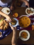 桌大角度看法为感恩晚餐服务 免版税库存照片