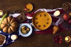 桌大角度看法为感恩晚餐服务 库存图片