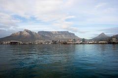 桌山和开普敦从海洋 免版税库存图片