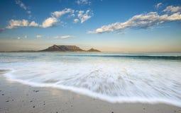 桌山和波浪 库存照片