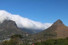 桌山和从信号小山看的狮子的头,开普敦,南非 免版税库存图片