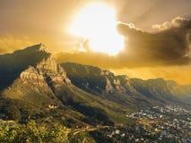 桌山在城市和海滩附近的国家公园视图 图库摄影