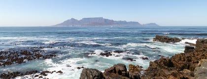 桌山,开普敦,南非全景  拍摄在从罗本岛的一夏天` s天 库存照片