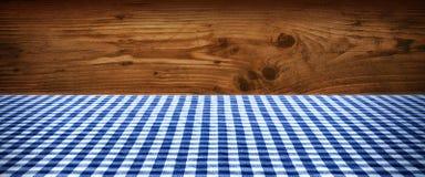 桌布方格在木wall_001前面 库存图片