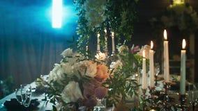 桌布置与黑箭头用食物、酒杯、花瓶、烛台有蜡烛的在烟中和光 影视素材
