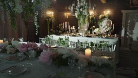 桌布置与黑箭头用食物,酒杯,花瓶,有蜡烛的烛台在后立场两 影视素材