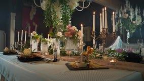 桌布置与黑箭头用食物,酒杯,花瓶,有蜡烛的烛台 股票视频