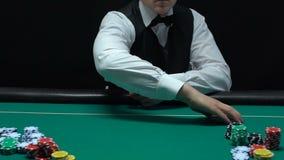桌慢动作的,纯熟经销商工作赌博娱乐场工作者传播的卡片组 股票视频