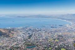 桌湾和市看法从表Mounta上面的开普敦  免版税库存照片