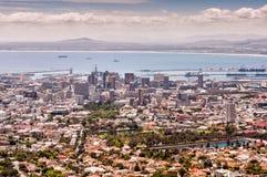 桌湾风景看法,港口和城市滚保龄球,开普敦 图库摄影