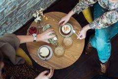 桌用咖啡和女性手 库存照片