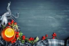 桌用秋叶和莓果装饰了 秋天 秋天背景特写镜头上色常春藤叶子橙红 库存照片