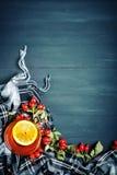 桌用秋叶和莓果装饰了 秋天 秋天背景特写镜头上色常春藤叶子橙红 免版税库存图片
