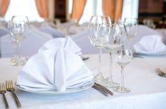 桌的典雅的装饰在餐馆 图库摄影