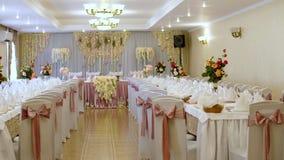 桌的婚礼装饰在一家餐馆,宴会的 由真正的花做的婚礼装饰 背景装饰高雅花粉红色浪漫婚礼 股票视频
