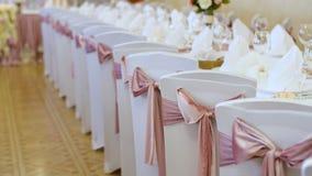 桌的婚礼装饰在一家餐馆,宴会的 由真正的花做的婚礼装饰 背景装饰高雅花粉红色浪漫婚礼 影视素材