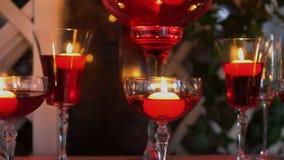 桌的装饰与玻璃的与灼烧的蜡烛 影视素材