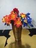 桌的,桔子俏丽的花瓶,蓝色,红色 库存图片