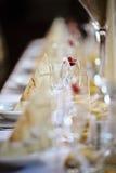 桌设置细节与空的香槟玻璃的用草莓 库存照片