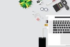 桌运转的和运转的书桌和文本的自由空间顶视图有小配件的与辅助部件