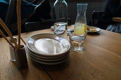 桌面在一家时髦小餐馆 免版税库存照片