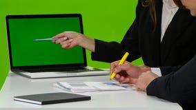 桌面在有重要图的办公室 绿色屏幕笔记本 股票视频