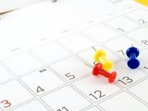桌面日历与几天和日期在2016年7月和五颜六色的图钉 库存图片