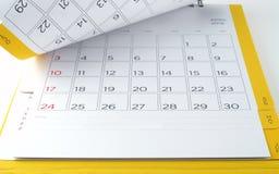 桌面日历与几天和日期在2016年4月和空白行笔记的 库存照片
