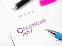 桌面日历坐显示年2017年的书桌 免版税库存照片