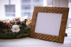 桌面照片框架和圣诞节在白色基石缠绕 库存照片