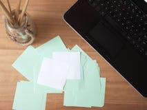 桌面膝上型计算机和便条纸 免版税库存照片