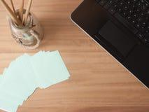 桌面膝上型计算机和便条纸 图库摄影