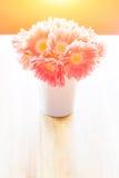 桌面花卉装饰 免版税库存照片
