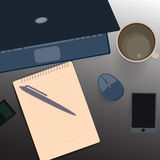 桌面 笔记本纸,一个杯子咖啡 免版税图库摄影