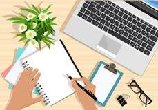 桌顶视图与膝上型计算机、纸、片剂、花、镜片和手的有笔的 现代图表企业工作场所 库存例证