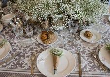 桌,白花花束的婚礼装饰在gl的 免版税库存照片