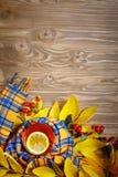桌,装饰用秋叶、莓果和新鲜的茶 秋天 秋天背景特写镜头上色常春藤叶子橙红 免版税库存图片