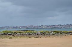 桑坦德市奥尔德敦的大厦的美丽的景色从海滩的在Pedrena 2013?8?24? Somo,坎塔布里亚 图库摄影