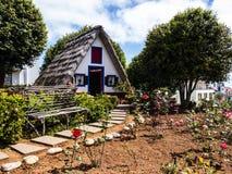 桑塔纳在马德拉岛是北海岸的一个美丽的村庄由它的小盖的三角房子知道 龙血树和f 图库摄影