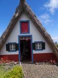 桑塔纳在马德拉岛是北海岸的一个美丽的村庄由它的小盖的三角房子知道 龙血树和f 免版税库存照片