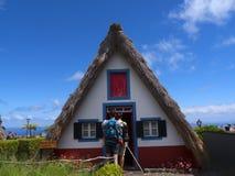 桑塔纳在马德拉岛是北海岸的一个美丽的村庄由它的小盖的三角房子知道 龙血树和f 免版税图库摄影