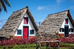 桑塔纳在马德拉岛是北海岸的一个美丽的村庄由它的小盖的三角房子知道 图库摄影