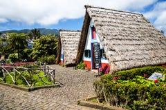 桑塔纳在马德拉岛是北海岸的一个美丽的村庄由它的小盖的三角房子知道 免版税图库摄影
