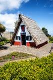 桑塔纳在马德拉岛是北海岸的一个美丽的村庄由它的小盖的三角房子知道 库存图片