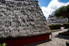 桑塔纳在马德拉岛是北海岸的一个美丽的村庄由它的小盖的三角房子知道 免版税库存照片