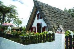 桑塔纳在马德拉岛是北海岸的一个美丽的村庄由它的小盖的三角房子知道 库存照片