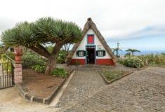 桑塔纳的传统农村房子在马德拉岛海岛上 免版税库存照片