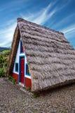 桑塔纳的马德拉岛,葡萄牙农村房子 免版税库存图片