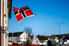 桑德尔福德,西福尔郡,挪威-毁损2019年:水手的纪念碑在城市教会sjøman前面brannvesen brannstasjon消防队员 免版税库存照片